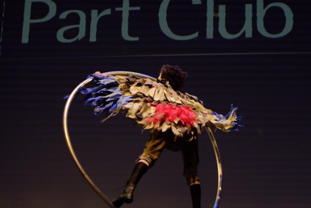 Atração artística aro acrobático de Humor e Circo para abertura de evento de premiação Part Club no Teatro Porto Seguro em São Paulo.