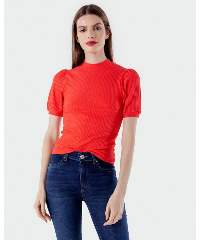 Moda invierno 2020. Remera roja con mangas globo moda invierno 2020.