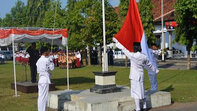 Peringati Hari Pendidikan Nasional , Pemerintah Kecamatan Pituruh Upacara di Halaman Kantor Kecamatan