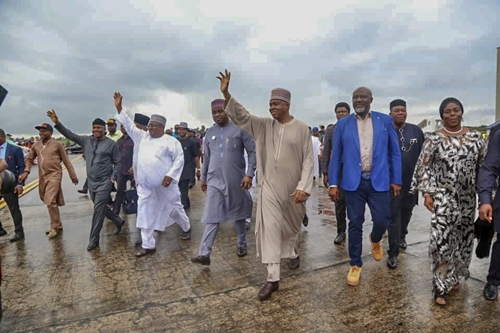 Saraki Arrives Akwa Ibom In Style, Received By Crowd (Photos)