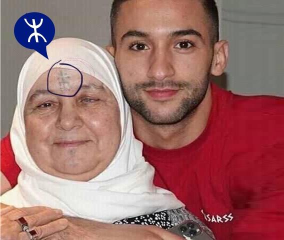 حكيم زياش مع والدته