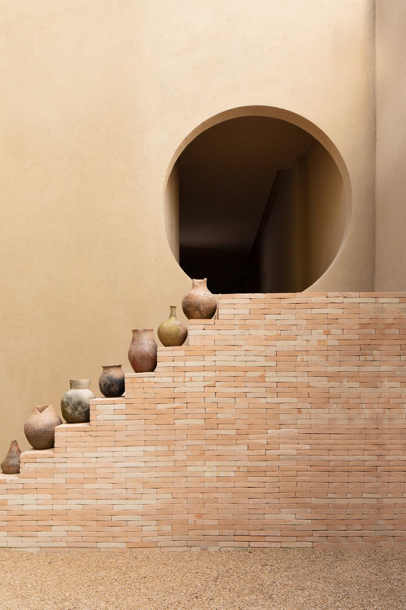 ilaria fatone - escalier en brique et vases en terracotta
