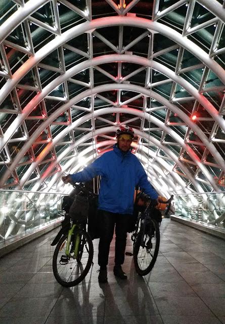 стеклянный мост ночью