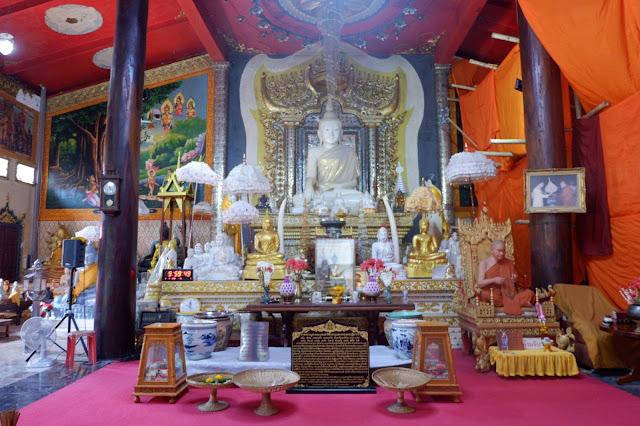 วิหารพระหินอ่อน ภายในเป็นที่ประดิษฐานพระพุทธรูปหินอ่อนปางมารวิชัย หรือ หลวงพ่อขาว