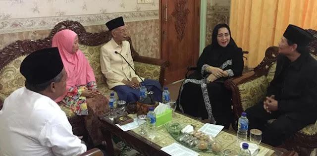 "Rachmawati Terima Gelar ""Anak Ideologi Bung Karno"" Dari Pengasuh Ponpes Shiddiqiah"