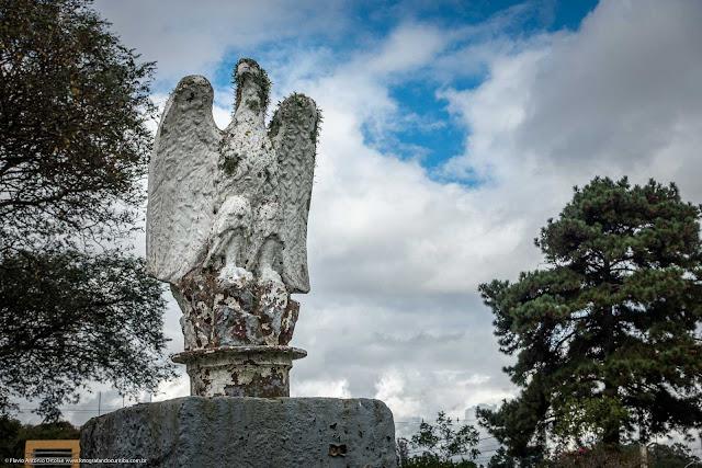 Escultura de uma águia no Aeroporto de Bacacheri.