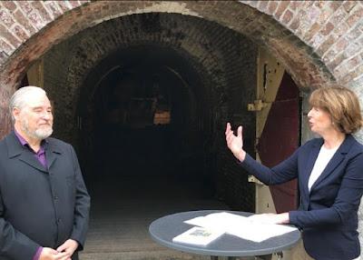 Oberbürgermeisterin Henriette Reker und CRIFA-Vorsitzender Robert Schwienbacher vor dem Kölner Festungsmuseum. Foto: Georg Ruppert