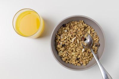Makanan berserat tinggi untuk diet salah satunya oatmeal