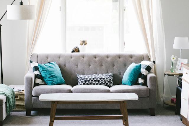 Sofá con cojines coloridos