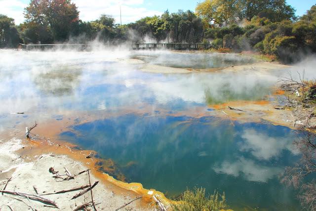 Đi về cuối phía tây của Rotorua, du khách đến với công viên Kuirau. Bạn sẽ dễ dàng bắt gặp những vũng bùn nhỏ luôn trong trạng thái sủi bọt và tỏa khói nghi ngút. Du khách đến đây khó lòng bỏ qua dịch vụ tắm suối nước nóng hay ngâm chân trong bể nước nóng. Trải nghiệm thú vị này đem đến cho bạn những giây phút thư giãn, khiến kỳ nghỉ của bạn càng trở nên tuyệt vời.