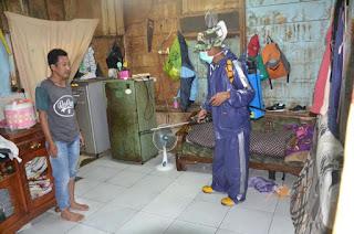 Kodam II/SWJ Lakukan Penyemprotan Disfektan Ke Rumah Masyarakat