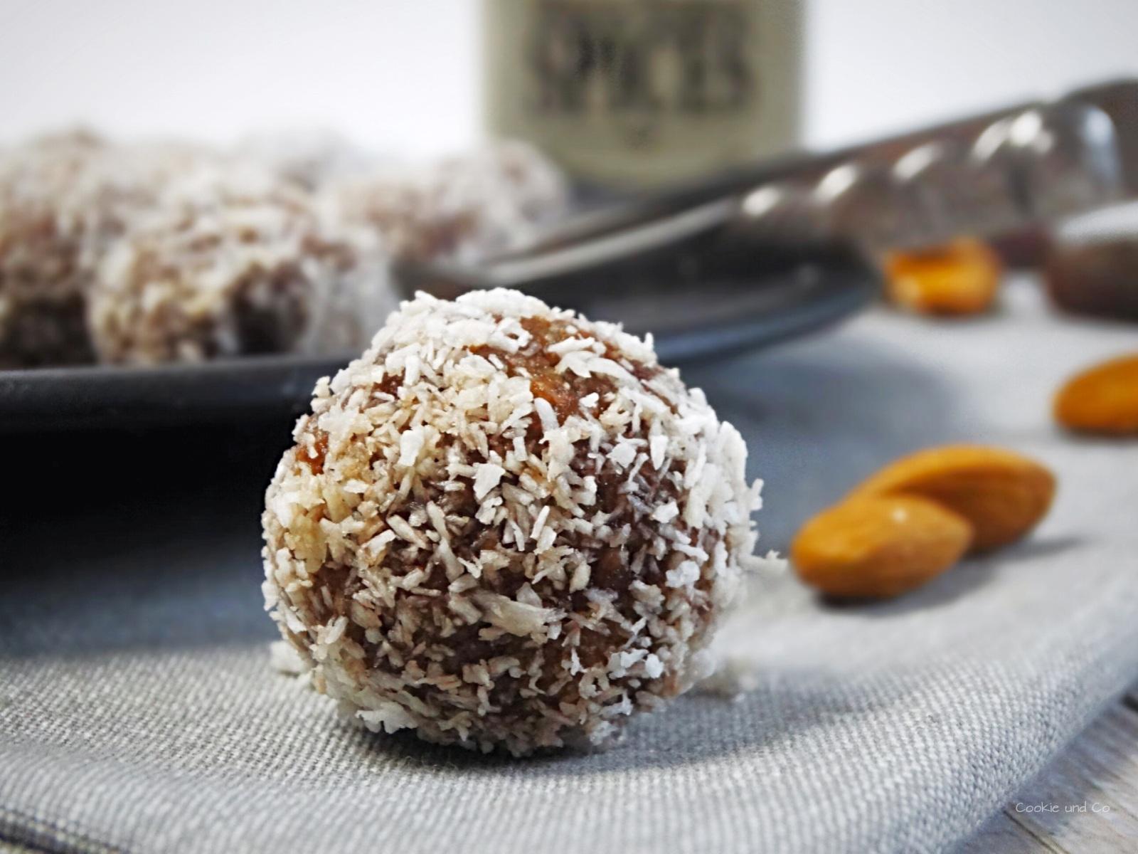 Weihnachtliche Aprikosen-Mandel-Energiekugeln | Cookie und Co