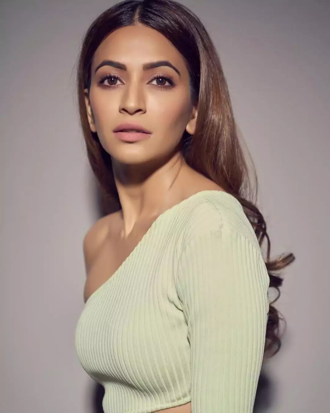 kriti-kharbhanda-hot-and-sexy-looks-in-light-green-co-ord-set