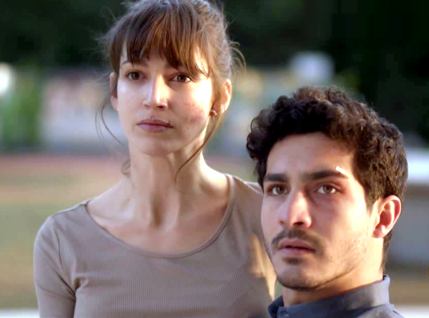 Chino Darín y Úrsula Corberó, Carlos y Ester en La Embajada, son novios