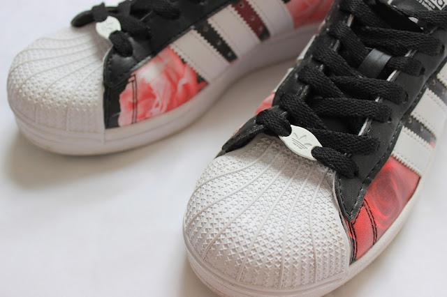 4f36bca5358 De schoenen zitten erg lekker. De zool is zacht en veert goed in als je  loopt. Ook zit er een verhoging die de holling in je voet ondersteunt, ...