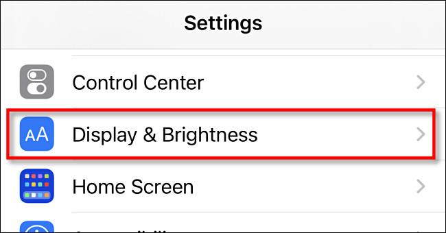 """في إعدادات iPhone ، اضغط على """"العرض والسطوع"""""""