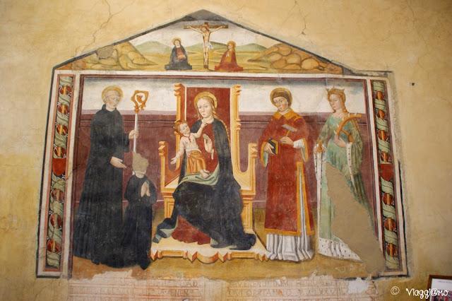 Uno degli affreschi nella Chiesa della Sacra di San Michele