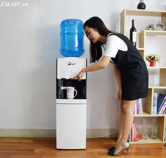 Cây nước nóng lạnh cao cấp FujiE WDBD20E màu trắng, thiết kế khóa vòi nóng rất an toàn cho trẻ nhỏ