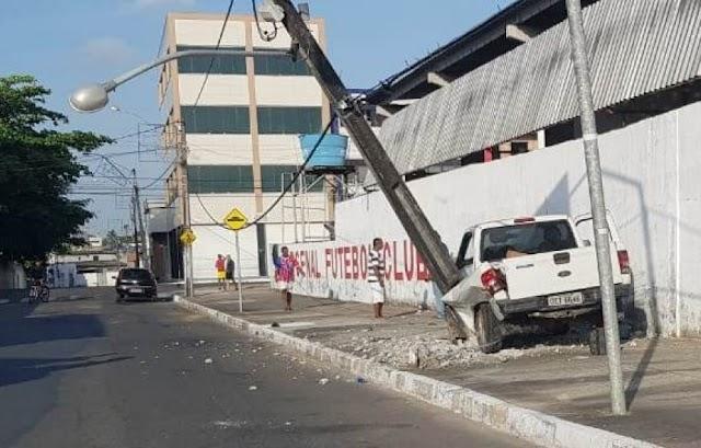Picape e bate em poste no centro de Camaçari.