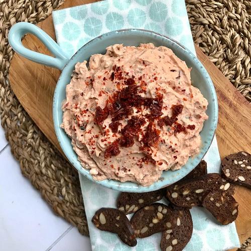 Feta-Frischkäse-Aufstrich mit getrockneten Tomaten & Knoblauch