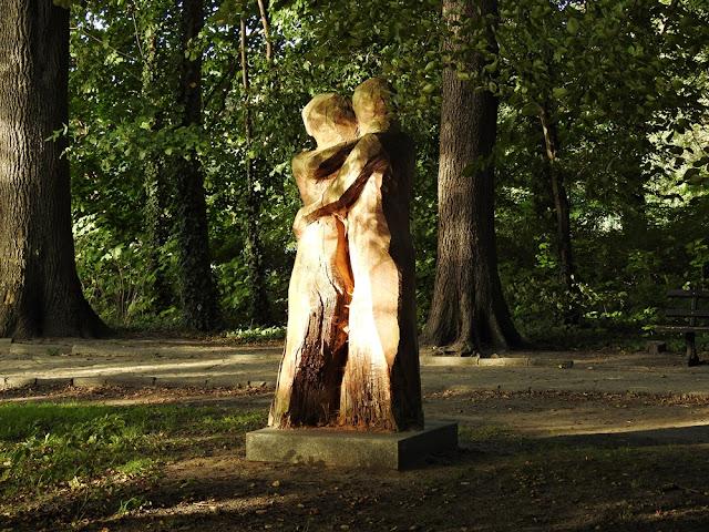miłosna rzeźba oświetlona słońcem