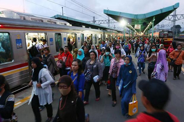 Ada Percikan Api Disalah Satu Gerbong Commuter Line, Penumpang KRL Terkejut Dan Panik