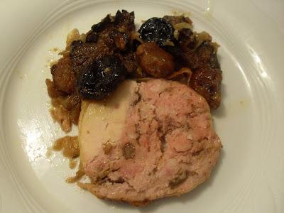 Pollo relleno con rovellons, castañas y ciruelas.
