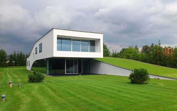 hogares frescos: un espacio fluido envuelto en césped: la casa de