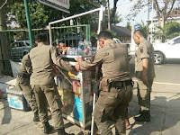 Dinilai Menyalahi Aturan, Satpol PP Purwakarta Tertibkan PKL
