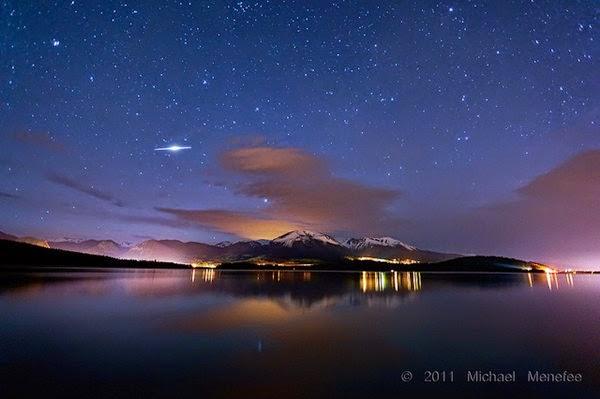 Iridium Flare di atas Danau Dillon, Colorado. Kredit Michael Menefee