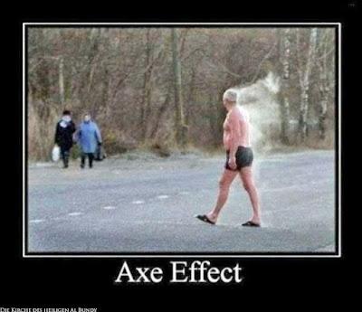 Lustige alte Männer in Badehose auf Straße - Axe Effect