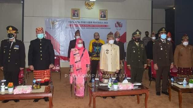 Gelar Peringatan Hari Lahir Pancasila, Jajaran Pemkab Mesuji Berpakaian Adat