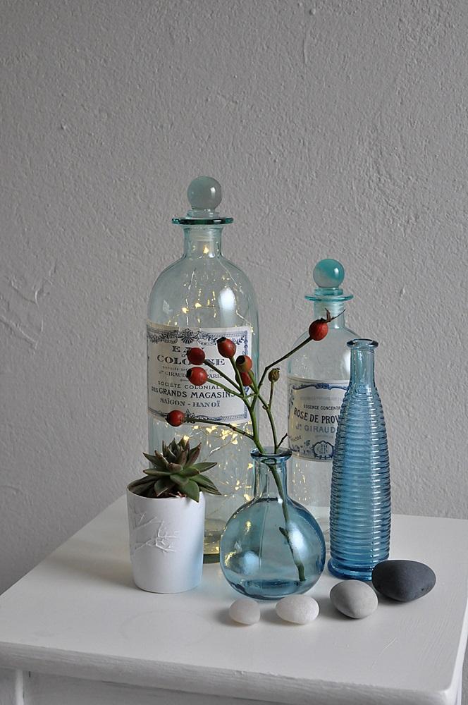 Blaue Glasflaschen mit Lichterkette Schlafzimmer einrichten
