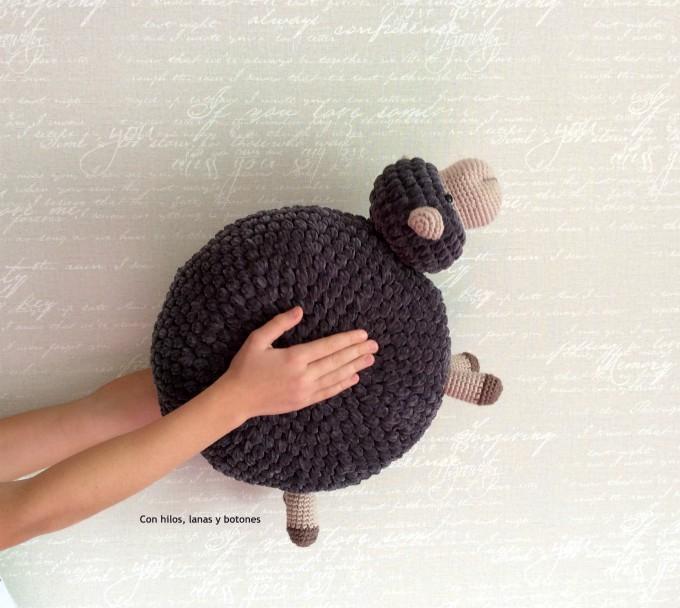 Con hilos, lanas y botones: Puffy Sheep - Cojín oveja de ganchillo (patrón de Gallimelmas)