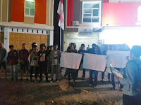 Hingga Malam, Pemuda Sulteng Peduli Demokrasi Orasi di kantor KPU.