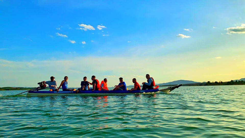 Du khách trải nghiệm đi thuyền trên lòng hồ
