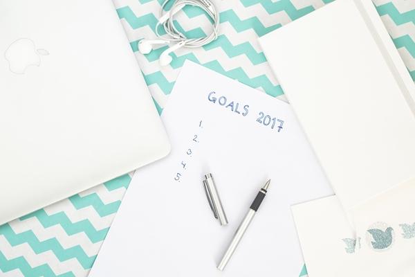 Każdy moment na wprowadzenie zmian w życiu jest dobry, jednak Nowy Rok wydaje się być idealny do tego. Przełom starego i nowego roku to dla wielu z nas czas przemyśleń, podsumowań i postanowień. Jak pokazują badania, niemal połowa Polaków decyduje się na stworzenie własnej listy postanowień wraz z początkiem roku.