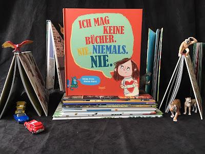 """""""Ich mag keine Bücher. Nie. Niemals. Nie."""" von Emma Perry, illustriert von Sharon Davey, erschienen im Kinderbuchverlag Dragonfly, ist ein 32-seitiges Bilderbuch für Kinder ab 4 Jahren, Rezension auf Kinderbuchblog Familienbücherei"""