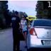 لن تصدقوا ماذا فعلت هذه الفتاة لتمنع الشرطي من إعتقالها بعد ان ترجلت من السيارة،  قامت بفعلتها الشنيعة