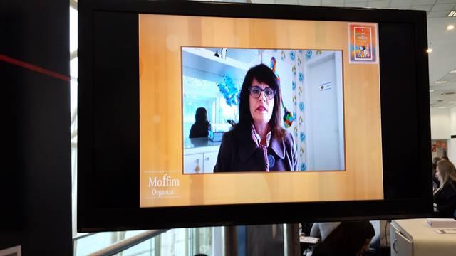 O vídeo do Ambiente Organizado rodando no stand do Moffim