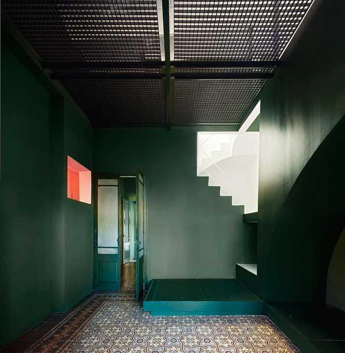 casa_horta_escalera_verde_rosa