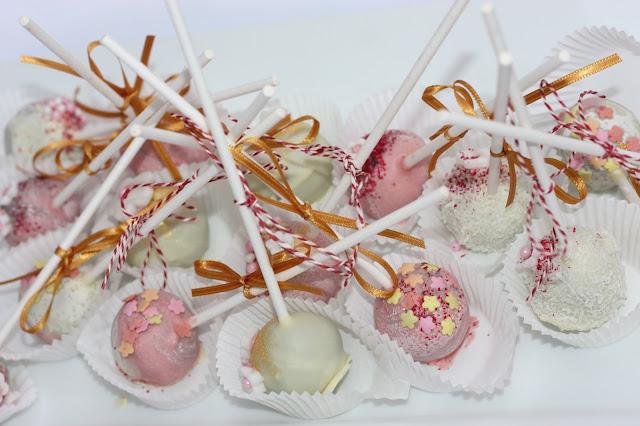 Cake Pops in Pastellfarben, Eisblau und Leuchtrot, Winterhochzeit in den Bergen von Bayern, Riessersee Hochzeitshotel Garmisch-Partenkirchen, Winter wedding in Bavaria, Germany