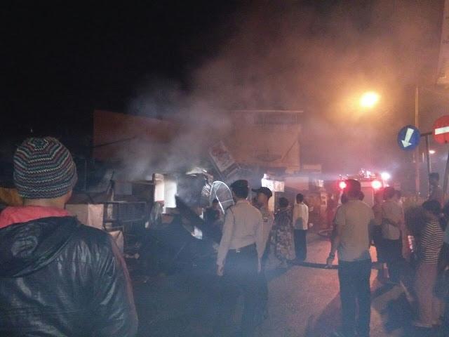 Petugas pemadam kebakaran dan warga berusaha memadamkan api yang membakar 3 rumah dan 1 ruko di Asahan.