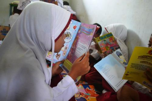 antusias membaca buku