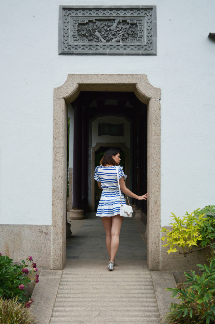 Walktrendy, White and Blue Striped Dress, Wet Seal Shorts, Primark Bag, Primark Sandals, Summer outfits, Frankfurt, Chinese Garden, Chinesischer Garten, Bethmannpark, Bethmann Park