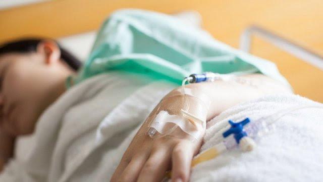 """6-летний мальчик из Шымкента попал в реанимацию после """"лечения"""" ожогов у народной целительницы"""