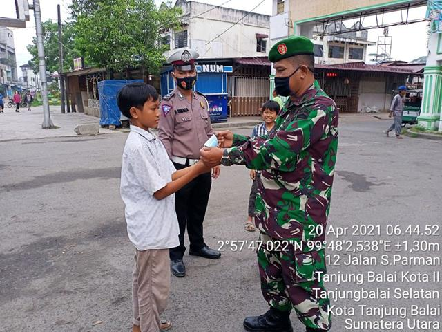 Dengan Senang Hati, Personel Jajaran Kodim 0208/Asahan Bagikan Masker Dengan Warga