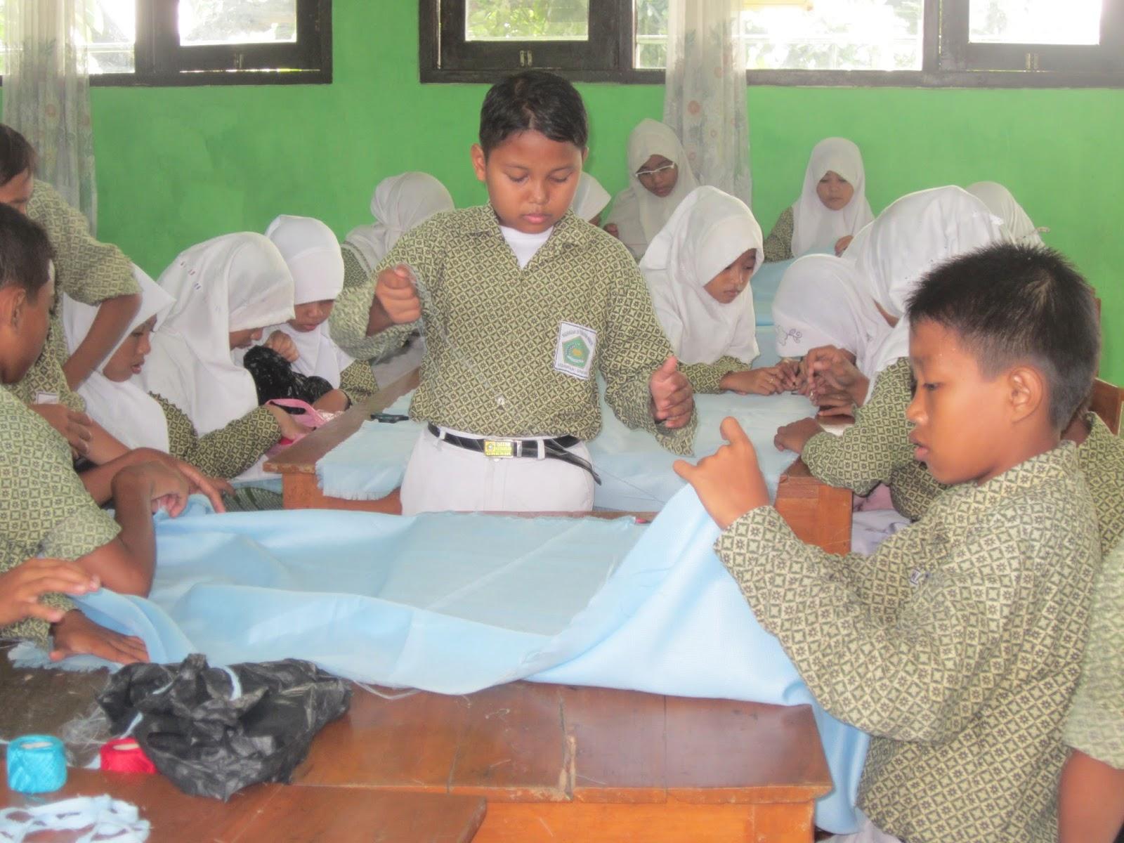 siswa MIN Kedamean serius mengikuti pelajaran Seni Budaya dan Keterampilan (SBK)