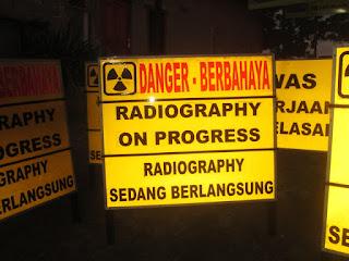 papan peringatan atau rambu untuk keselamatan. Pada umumnya safety sign dibuat dengan gambar atau tulisan yang terdiri dari beberapa warna seperti merah, kuning, hijau, putih dan biru,