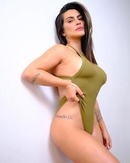 Cleo posa com body cavado mostra tatuagem e quase tudo